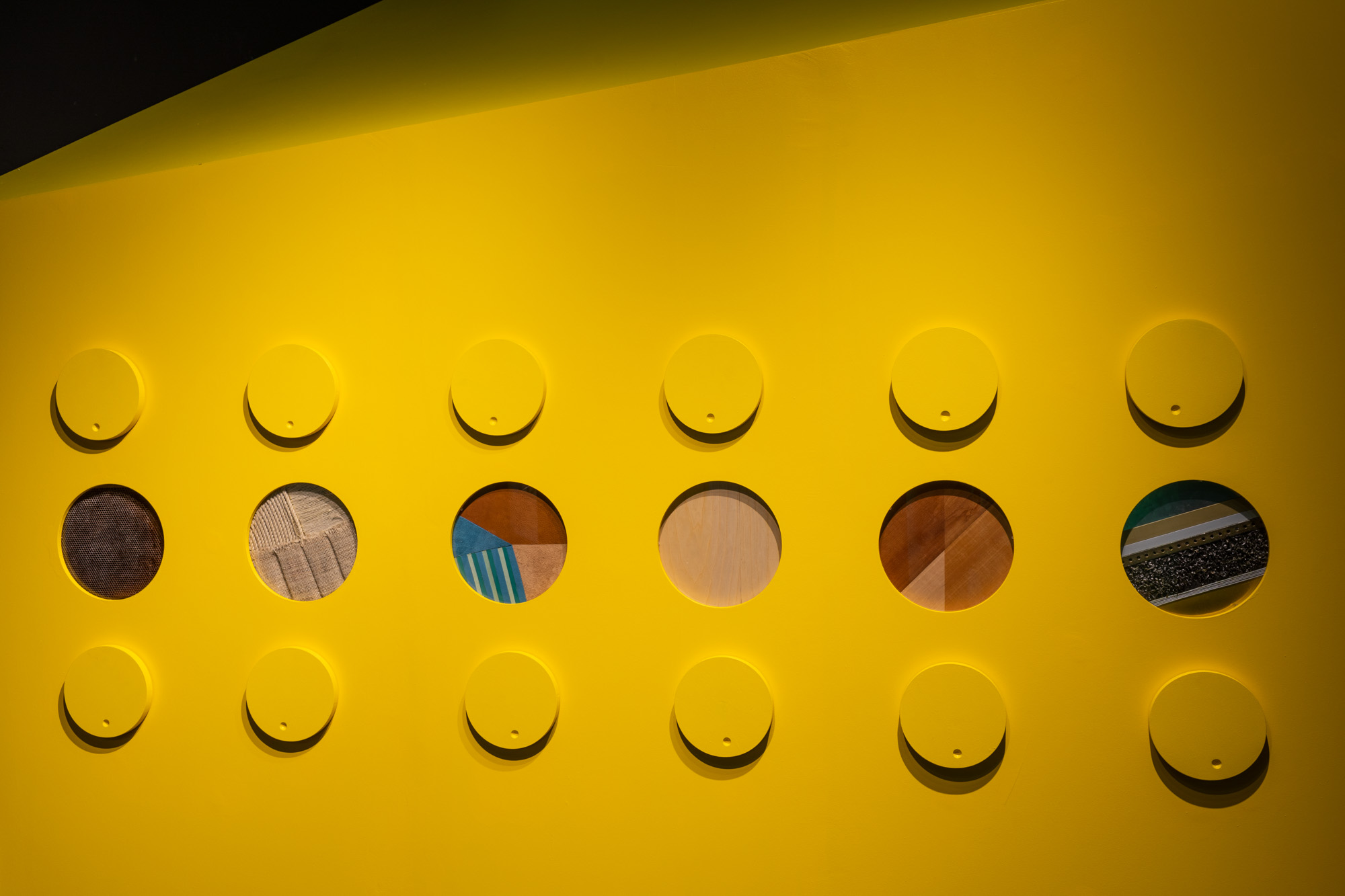 Allestimento Spazio espositivo Amleto Bertoni Saluzzo Sara Fortin design interior concorso olfatto percorso sensoriale