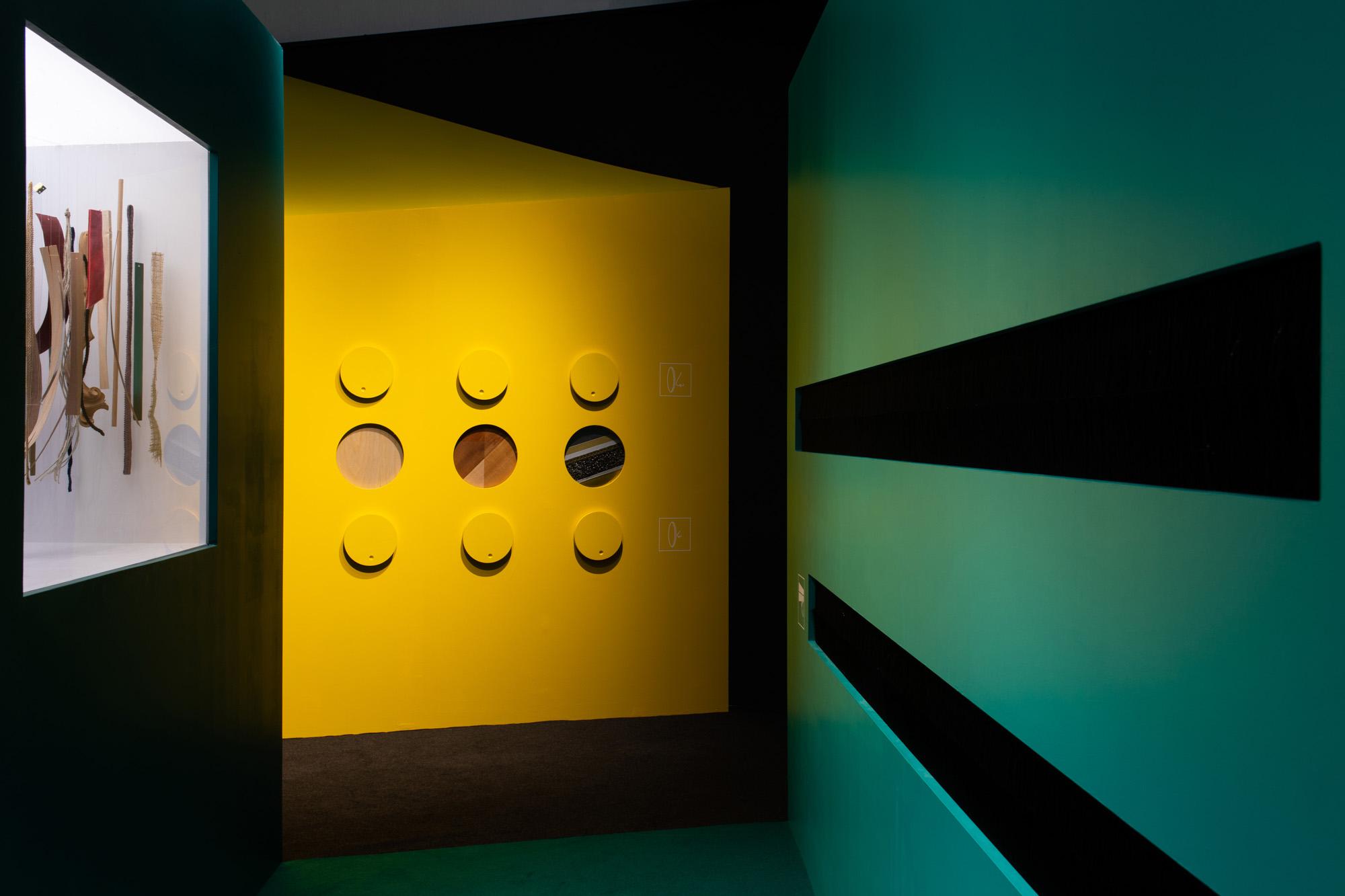 Allestimento Spazio espositivo Amleto Bertoni Saluzzo Sara Fortin design interior concorso olfatto tatto percorso sensoriale